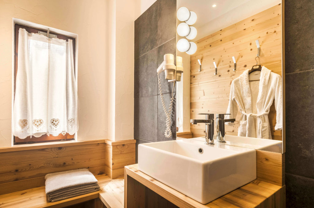 Come illuminare il bagno idee consigli illuminazione for Lampade per specchio bagno