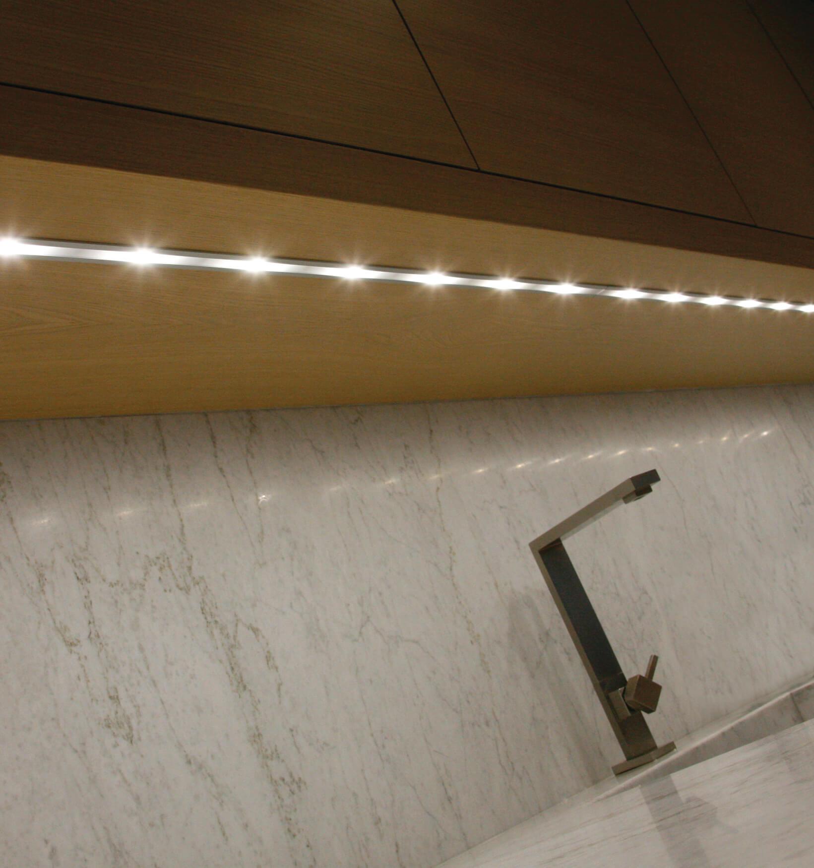 Illuminazione cucina barra sottopensile brillamenti - Illuminazione sottopensile cucina ...